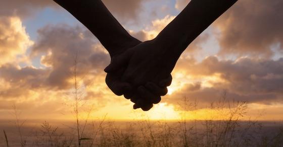 手をつなげない男性の心理から、さりげなく手をつなぐ方法まで伝授