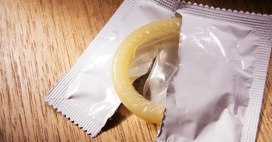 コンドームが破れる理由1:使用期限が過ぎている