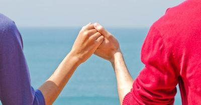 女性に聞く、彼女と自然に手をつなぐ方法12選
