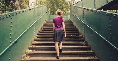 【エロ注意】「絶対パンツが見えない階段の昇り方」4パターン(動画)