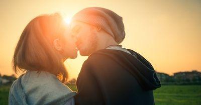 キスで頭を「右」か「左」に傾けるかで、その人の性格がわかる!