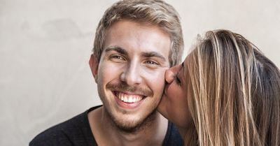 男が「キスして!」と書いた紙をもって道に立ったら、恐ろしい結果が(動画)