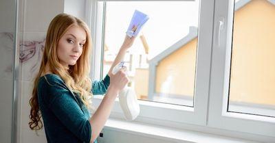 【エロ注意】「絶対パンツが見えない窓の拭き方」4パターン(動画)