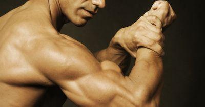 女性の一番好きな筋肉は腕!モテる腕を作るダンベル筋トレ法【動画】