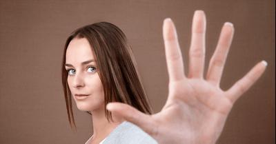 脈なし確定!誘いを受けた男性を遠ざける、女性の断り文句 13選