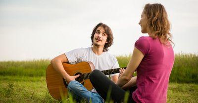 女が彼氏の家でのお泊りデートで流れるとキュンとする音楽 15選