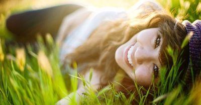 【恋愛心理】女性が自分から男性にアプローチしない理由 4選