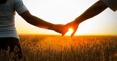 """初デートで""""ごく自然""""に、女性と手を繫ぐタイミング15選"""