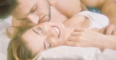 女性の耳を官能的に舐める方法