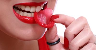 性病予防 | フェラ・クンニの時のコンドーム(デンタルダム)の使い方