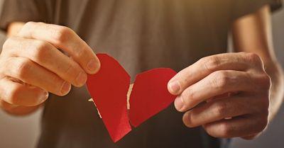 失恋した男性に聞いてほしい、思いっきり泣ける歌ランキング13選