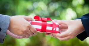 高校生の彼女が絶対に感動する誕生日プレゼントランキング10選