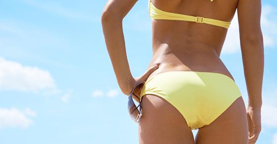 ビッチな女の特徴:自宅で撮った水着姿をSNSにアップする