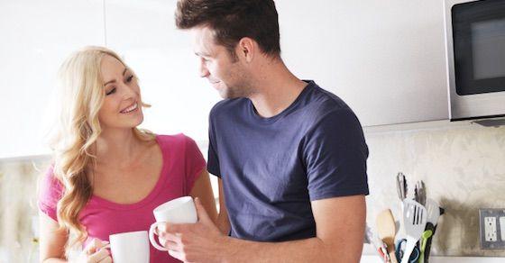 女性が好きな人の前でとる態度6:質問が多い