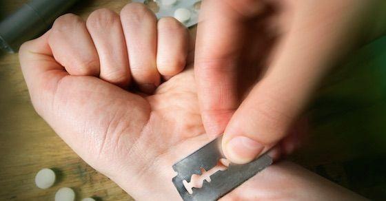 メンヘラ女の特徴7:自傷行為