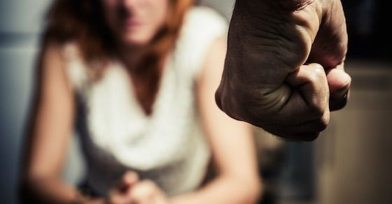 恋愛依存症の特徴⑱:暴力を振るわれても耐えられる