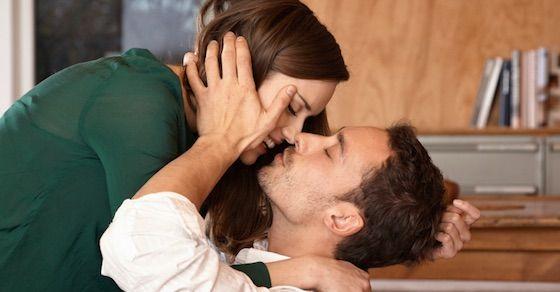 OKな無理やりキス|部屋に入ってすぐのキス