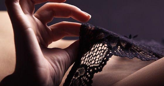 「パンツをくれ」と両足に抱きつき、女性の身体はそっちのけでパンツを剥ぎ取り逃走(日本)