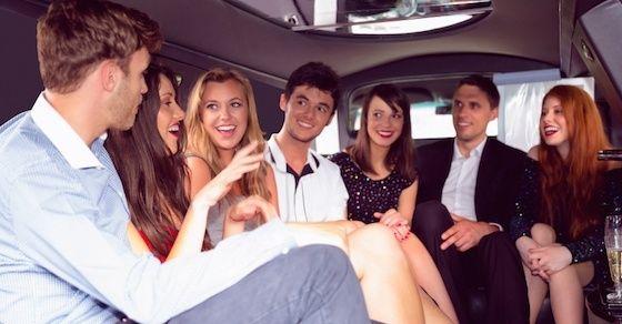 結婚式の二次会で周囲からモテる方法1:品よく振る舞う
