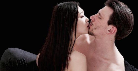 ムラムラしている時の女性の特徴1:目が潤む