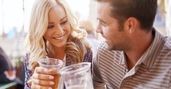 女性の好意のサイン16:飲み会の席などで隣や近くをキープする