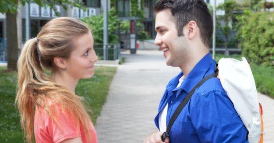 女性の好意のサイン6:話をする時にじっと目を見つめる