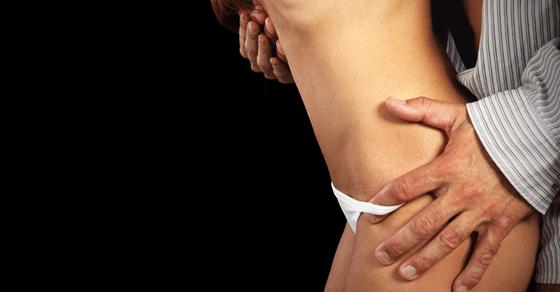 コンドームを装着するタイミング①:パンツを脱ぐとき
