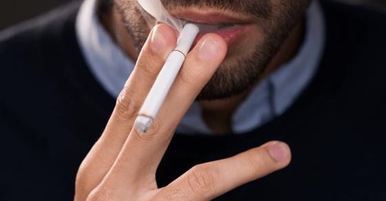 合コンで嫌われる男の特徴⑫:勝手にタバコを吸い出す
