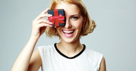 金目当ての女の特徴②:男性からのプレゼントっぽいジュエリーを付けている