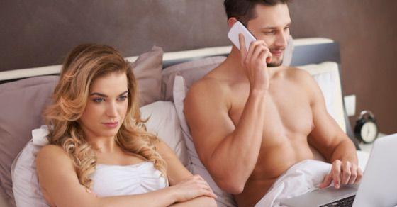 セックス後の最悪の会話・行動⑫無言でスマホをいじり出す