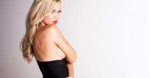 ストリーキングの事例5つ|金髪美女が全裸で路上を歩く衝撃映像あり
