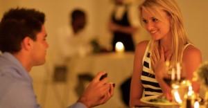 彼女が絶対に感動するプロポーズでのプレゼントランキング10選